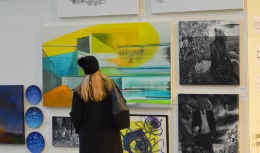 Maalaustaiteen suurtapahtuma Taidemaalariliiton Teosvälitys avautuu lauantaina Kaapelitehtaalla