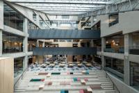educityn-keskella-on-suuri-ja-valoisa-aula-jossa-sijaitsevat-oleskelu-ja-kohtaamispaikkana-toimivat-taidon-portaat.-kuvaaja-vesa-loikas.jpg