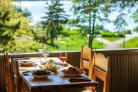 kesaravintola-seurasaaren-kruunun-terassilla-voi-syoda-a-la-carte-menun-annoksia-tai-tilata-kahvilasta-juotavaa-livemusiikkiesitysta-seuratessa..jpg
