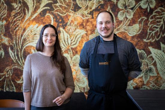 frejan-ravintolapaallikko-maria-brummer-ja-keittiopaallikko-perttu-laitila-kuvaavat-matinkylaan-hotel-mattsin-katutasoon-avautuvaa-uutta-ravintolaa-helposti-lahestyttavaksi-ja-tyylikkaan-rennoksi..jpg