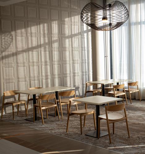 ravintola-frejan-valoisan-ravintolasalin-poydat-on-sijoitettu-valjasti-asiakkaiden-ja-henkilokunnan-turvallisuuden-takaamiseksi..jpg