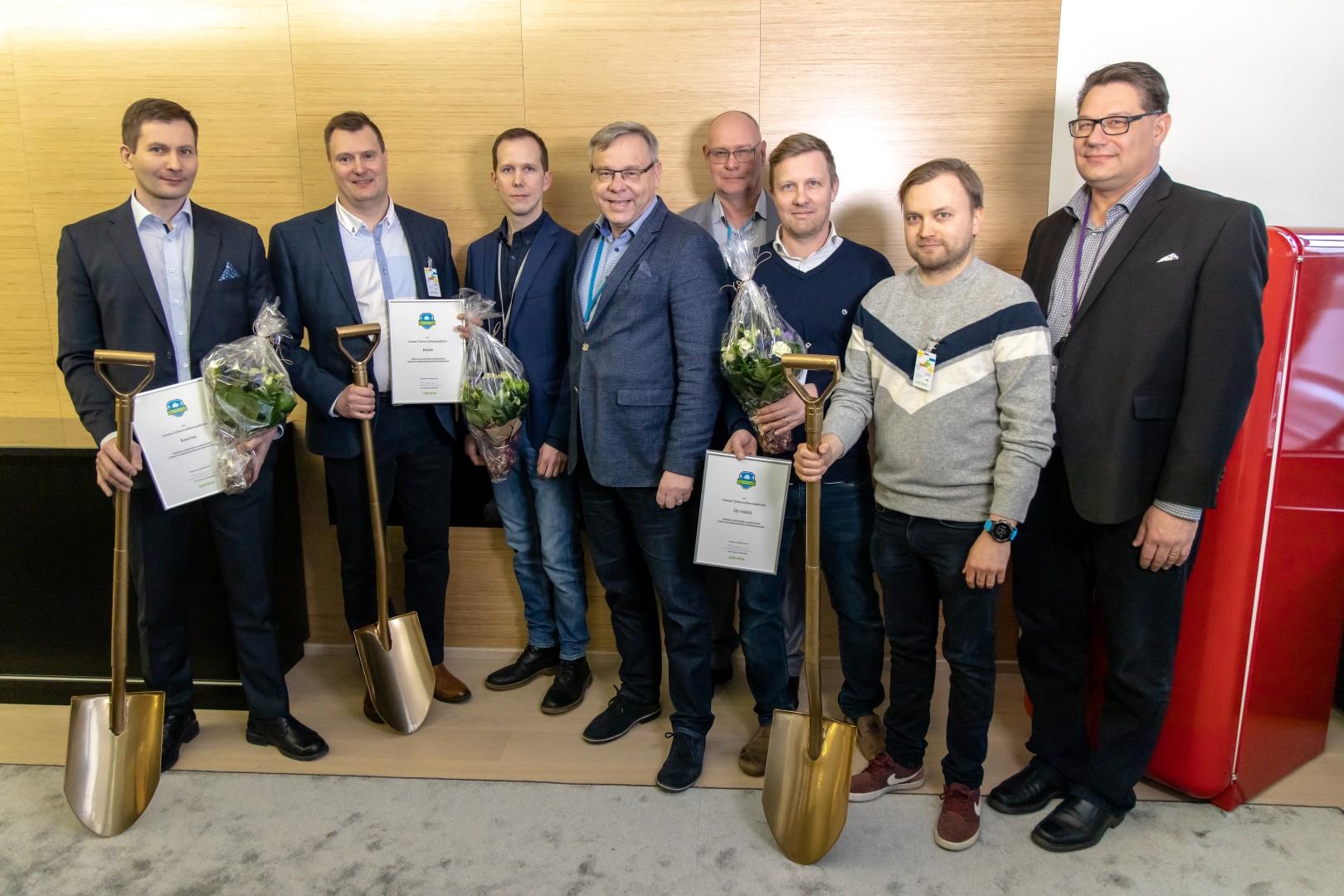 Jyrki Haapasaari (tekninen johtaja, Kaarina), Mikko Kunttu (kaupungininsinööri, Raisio), Jussi Rönkkö (avainasiakaspäällikkö, Caruna), Kari Vessonen (asiakkuuspäällikkö, Caruna), Tomi Yli-Kyyny (toimitusjohtaja, Caruna), Anssi Juntunen (sähköinsinööri, Hyvinkää), Mikko Kivistö (verkostoinsinööri, Hyvinkään Lämpövoima Oy) ja Petri Parviaianen (avainasiakaspäällikkö, Caruna).
