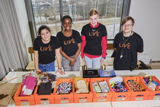 liven-telma-opiskelijoita-leppavaaran-uuden-oppilaitosrakennuksen-avajaisissa.jpg