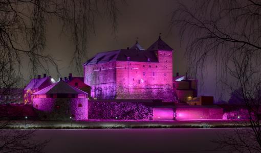Hämeen linna valaistaan kahdeksi viikoksi – kaupunkilaiset mukaan valaisukilpailun avulla