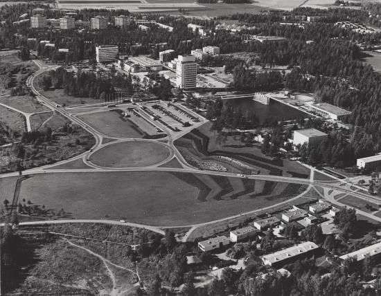 tapiolan-liikenneympyra-cc-88-60-luvun-lopulla-kuva-atte-matilainen-asuntosa-cc-88a-cc-88tio-cc-88-espoon-kaupunginmuseo.jpg