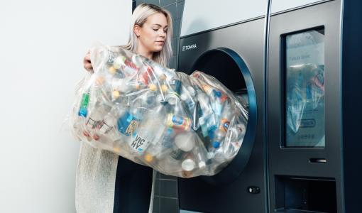 Nyt voi palauttaa kassillisen tyhjiä muovipulloja ja tölkkejä muutamassa sekunnissa – Suomen ensimmäinen R1-palautuslaite on auki 24/7 Vantaan Tammistossa