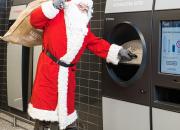 """Joulu tuli etuajassa Keravalle: TOMRA R1 -automaattiin voi kaataa """"kertaheitolla"""" jopa säkillisen juomapakkauksia"""