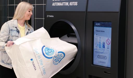 Poriin Suomen ensimmäinen kahden tölkkiahmatin palautuspiste – Prisma Mikkolan TOMRA R1 -laitteisiin voi palauttaa säkillisen tölkkejä ja muovipulloja kerralla
