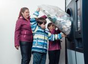 Pullonpalauttajan unelma TOMRA R1 nyt myös Hämeenlinnaan – K-Citymarket Hämeensaareen voi palauttaa kerralla säkillisen muovipulloja ja tölkkejä
