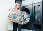 Pullonpalauttajan unelma TOMRA R1 nyt myös kauppakeskus Jumbossa – uuden automaatin kitaan voi kaataa kerralla säkillisen muovipulloja ja tölkkejä