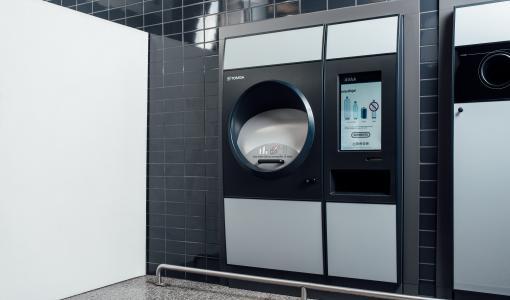 Pullonpalauttajan unelma nyt myös Imatralla – Etelä-Karjalan ensimmäiseen TOMRA R1 -automaattiin voi kaataa kerralla säkillisen muovipulloja ja tölkkejä