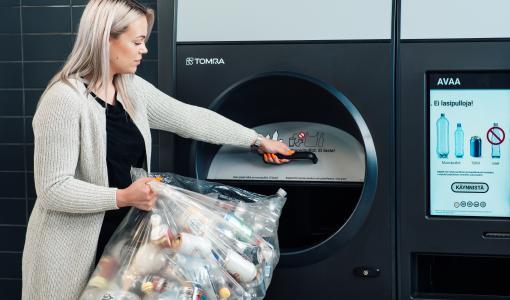 Pullonpalauttajan unelma nyt myös Ruoholahden K-Citymarketissa – TOMRA R1 -laitteeseen voi palauttaa säkillisen muovipulloja ja tölkkejä kerralla