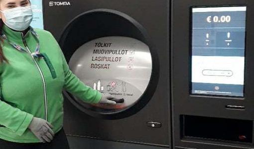 """Pohjois-Suomeenkin vihdoin """"pullonpalauttajan unelma"""" – Prisma Linnanmaahan TOMRA R1, johon voi palauttaa kerralla säkillisen muovipulloja ja tölkkejä"""