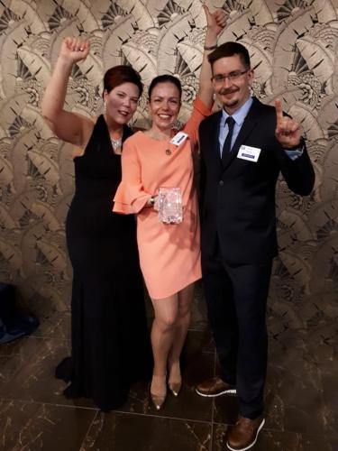 jospakin-oyn-toimitusjohtaja-tarja-heikkila-kehitys-ja-laatupaallikko-katja-viitala-ja-suunnitteluinsinoori-taneli-mero-vastaanottivat-worldstar-palkinnon-vuonna-2019..jpg