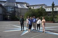 kuva-4-tutkijoita-ja-yhteistyokumppaneita-vaasan-olympiakorttelin-sisapihalla-vaaka.jpg
