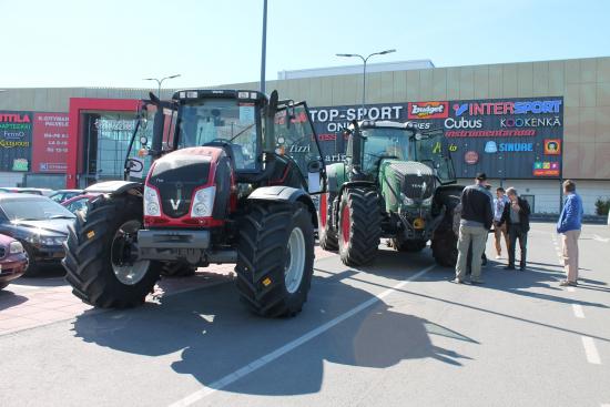 kuva_8_messevat_traktorit_veturi.jpg