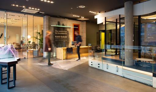 Suomen Lasipostin ja Saint-Gobainin yhteistyösopimus ja uusi SG Concept Store avattu Tallinnassa.