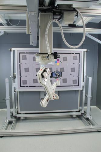 kuva-kattoasennetun-lineaariston-ansiosta-kasivarsirobotiikka-voi-kuljettaa-testattavaa-kameraa-eri-mittauspisteisiin-lattian-pysyessa-vapaana.-kuvassa-tahtaillaan-sofican-innovoimaa-automatisoitua-mittaustaulua.jpg