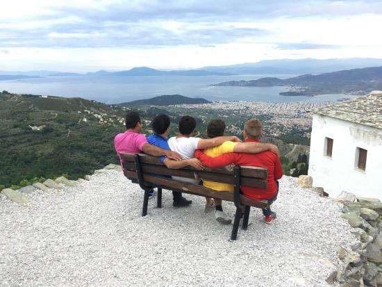 kreikkaan-saapuneita-pakolaisia-ja-kylvajan-tyontekija-pohjois-kreikassa.jpeg
