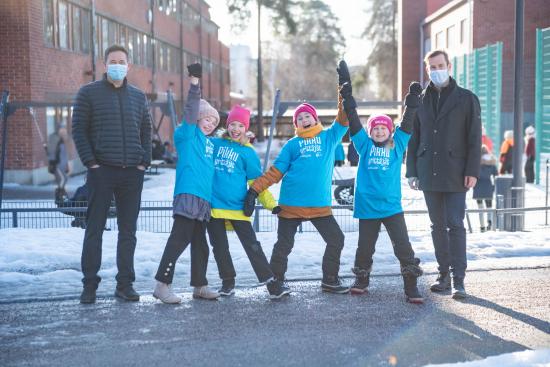 ilkka-paananen-mikko-kodisoja-ja-laajalahden-koulun-pikkuyrittajat-lotta-veera-laila-ja-siiri.jpg