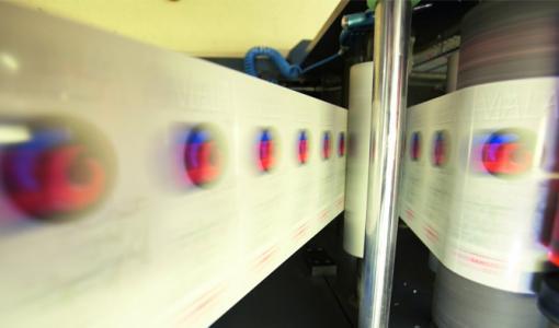 Paino- ja pakkauskoneiden rainat tarkkaan hallintaan SICKin sensoreilla
