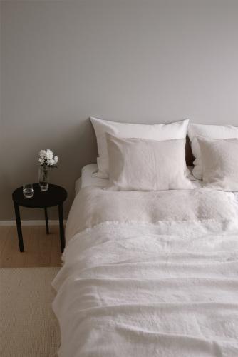 3-3-5-interior5-white-fishbone-linen-throw-155x240.jpg