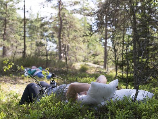 kuulokkeiden_kanssa_metsassa.jpg