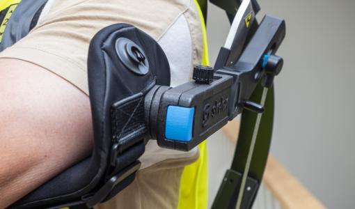 Puettava yläraaja-exoskeleton auttaa työntekijöitä jaksamaan pitempään ja ehkäisemään vaivoja