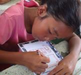 filippiinit-koululainen-piirtaa-psykosoisiaalisen-avun-tunnilla.jpg