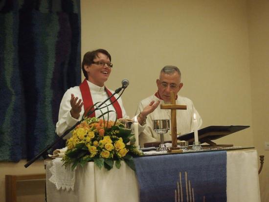 lahi-ita-mari-parkkinen-ja-piispa-munib-younan-90-vuotisjuhlissa-shalhevetjahissa.jpg