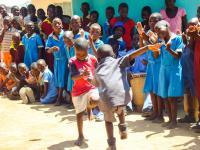 zimbabwe_isoaitien-aids-hanke_lapset-tanssii_raija-hurskainen.jpg