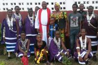 tansania-pastori-elisha-laban-moreto-seurakuntansa-keskella.jpg