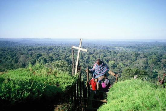 etiopia_kirkkoon-kaikilla-on-lupa-tulla.-kirkon-pihamaalle-kiivetaan-pienia-tikasportaita.-kuva-amero-attasta-kaffasta.-kuva-risto-leikola.jpg