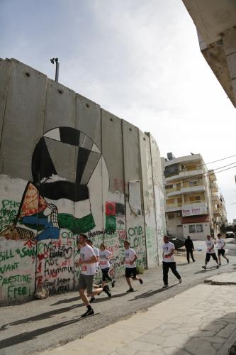 palestiinan-maratonin-reitti-kulkee-lansirantaa-erottavan-muurin-vierella_maria-palmusaari.jpg