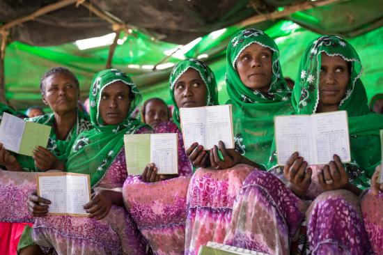 etiopia_mersan-sirinkan-naisryhma-esittelee-saastokirjojaan_ari-vitikainen.jpg