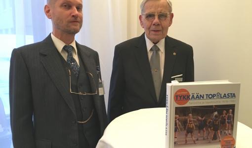 Lauttasaaren koripallolegenda Tom Hynnisen elämäntyöstä kupliva muistelmateos
