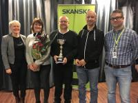 nostokonepalvelu-jk-oyn-edustajat-ottivat-vastaan-skanskan-jakaman-palkinnon..jpg