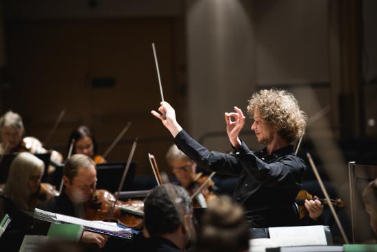 santtu-matias-rouvali-ja-tampere-filharmonia-kuva-jussi-virkkumaa.jpg