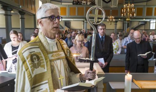 Piispa Matti Repo siunasi viisi uutta lähetystyöntekijää