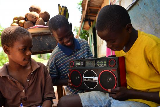 pojat-kuuntelevat-opetusohjelmaa-kotonaan-sierra-leonessa-kuvaaja-jonathan-bundu.jpg