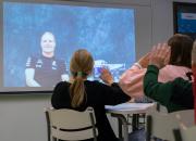 Bottas kertoo maailmalle suomalaisesta kouluosaamisesta Villähteen peruskoulussa