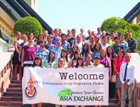 yliopisto-opiskelijat-eri-puolilta-maailmaa-aloittavat-lukukautensa-thaimaan-phuketissa.jpg