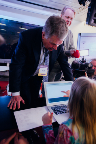 president-of-finland-getting-taught-by-fellow-coders.jpg