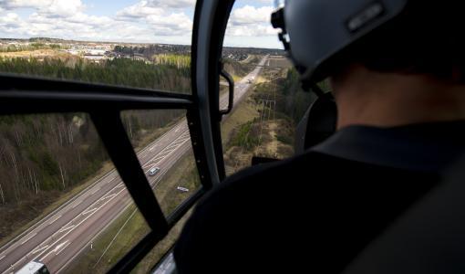 Caruna tarkastaa sähköverkkoa helikopterilla heinä-lokakuussa koko verkkoalueellaan