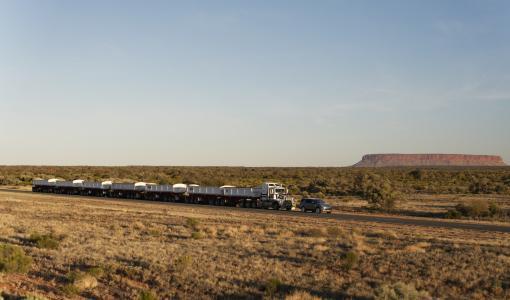 Land Rover Discovery veti 110 tonnin maantiejunaa Australian Outbackissä