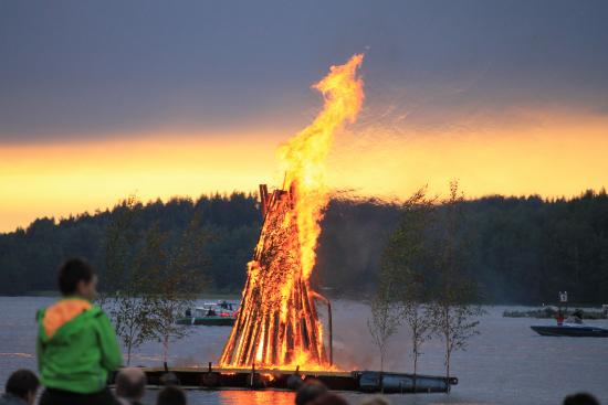juhannuskokko-myllysaaressa-2014_kuva-minna-heinonen-2.jpg