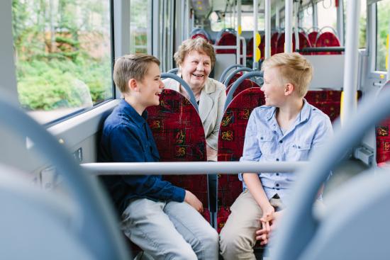 bussissa-lapsia-ja-aikuinen_kuva-mikko-nikkinen.jpg