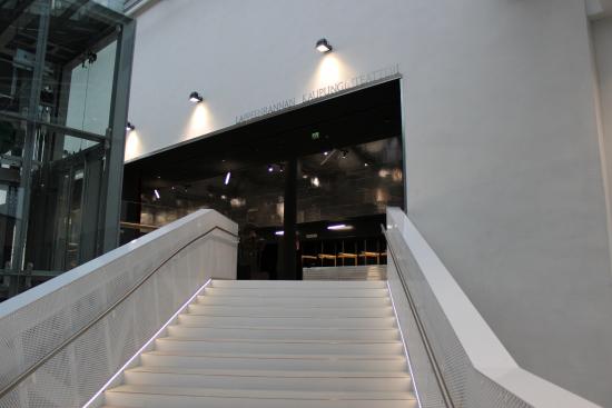 portaikko-saapuminen-teatteriin.jpg