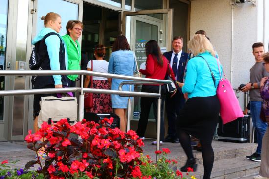 kuva-1-_-virastomestari-toni-scharin-kaupungintalon-ovella-vastaanottamassa-kavijoita-_-avoimet-ovet-2015-_-kuva-paivi-toiviainen.jpg