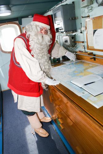 joulupukki-tutkii-merikarttaa-sampolla.jpg
